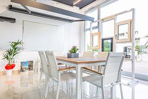 Tavoli e sedie in esposizione nello show room di Scale a Teramo Alluminio Val Vibrata